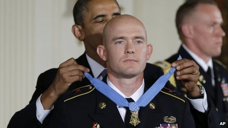 SSG Carter receives the Medal of Honor from President Obama.
